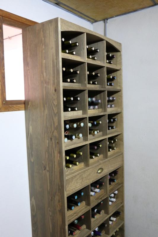 Meuble pour ranger mes bouteilles de vin en pin massif teinte effet vieillit. 712517img0711