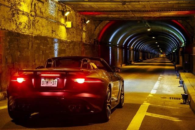 La Jaguar F-TYPE SVR rugit dans le Fameux tunnel de Park Avenue À New  741471JaguarFTYPESVRTunnel048LowRes
