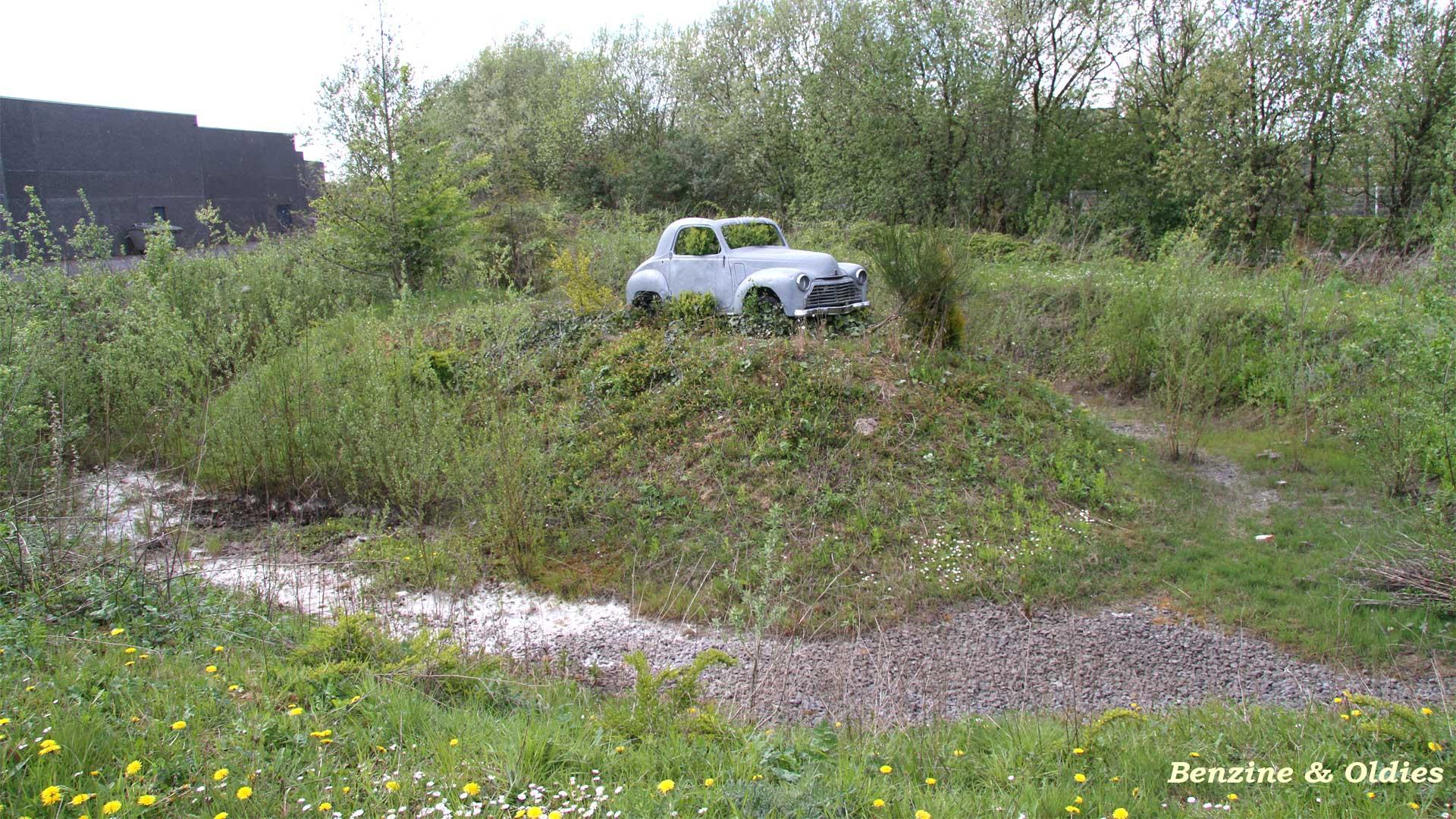 une Simca 6 carrosserie aluminium oubliée dans la nature - Simca6 782813simca6street03w19201080