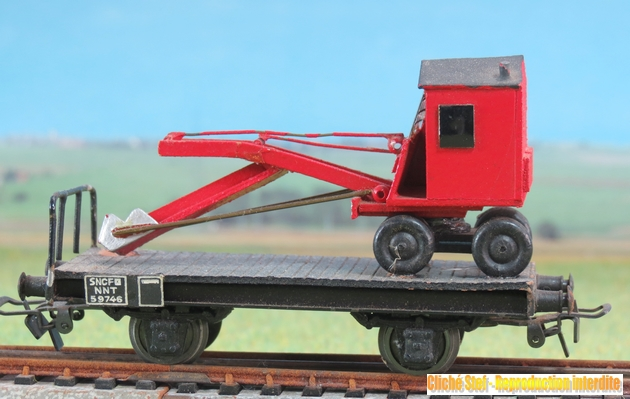 Wagons plats 2 ess maquette et semi maquette chargés par ordre alphabetique 791611VBplatesssmaquettepelleteuserougeIMG3543R