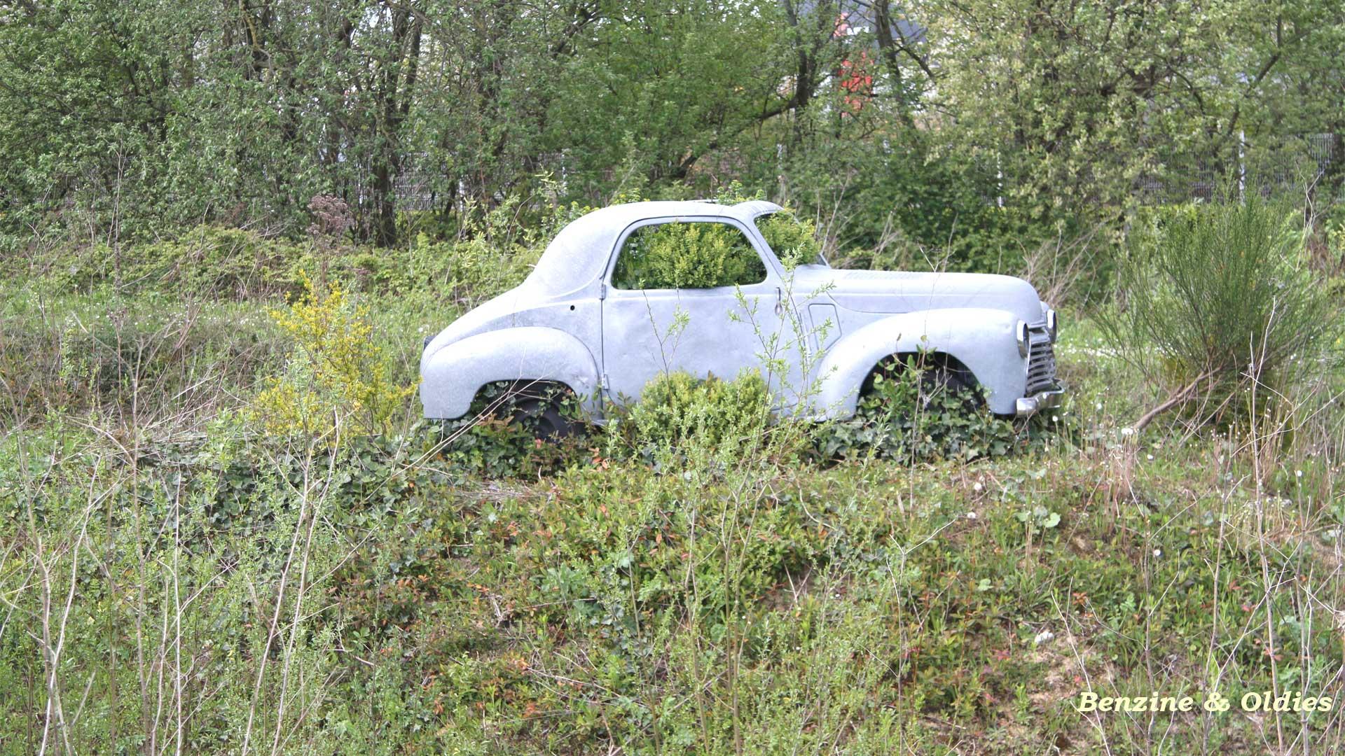 une Simca 6 carrosserie aluminium oubliée dans la nature - Simca6 801946simca6street02w19201080