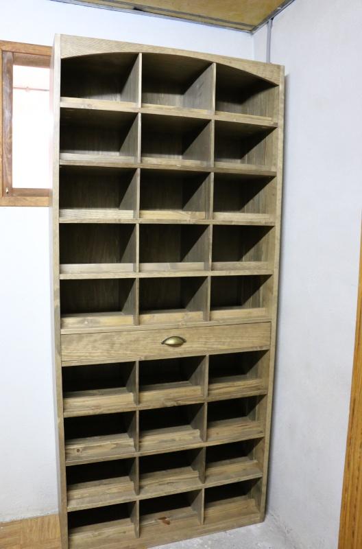 Meuble pour ranger mes bouteilles de vin en pin massif teinte effet vieillit. 802959img0710