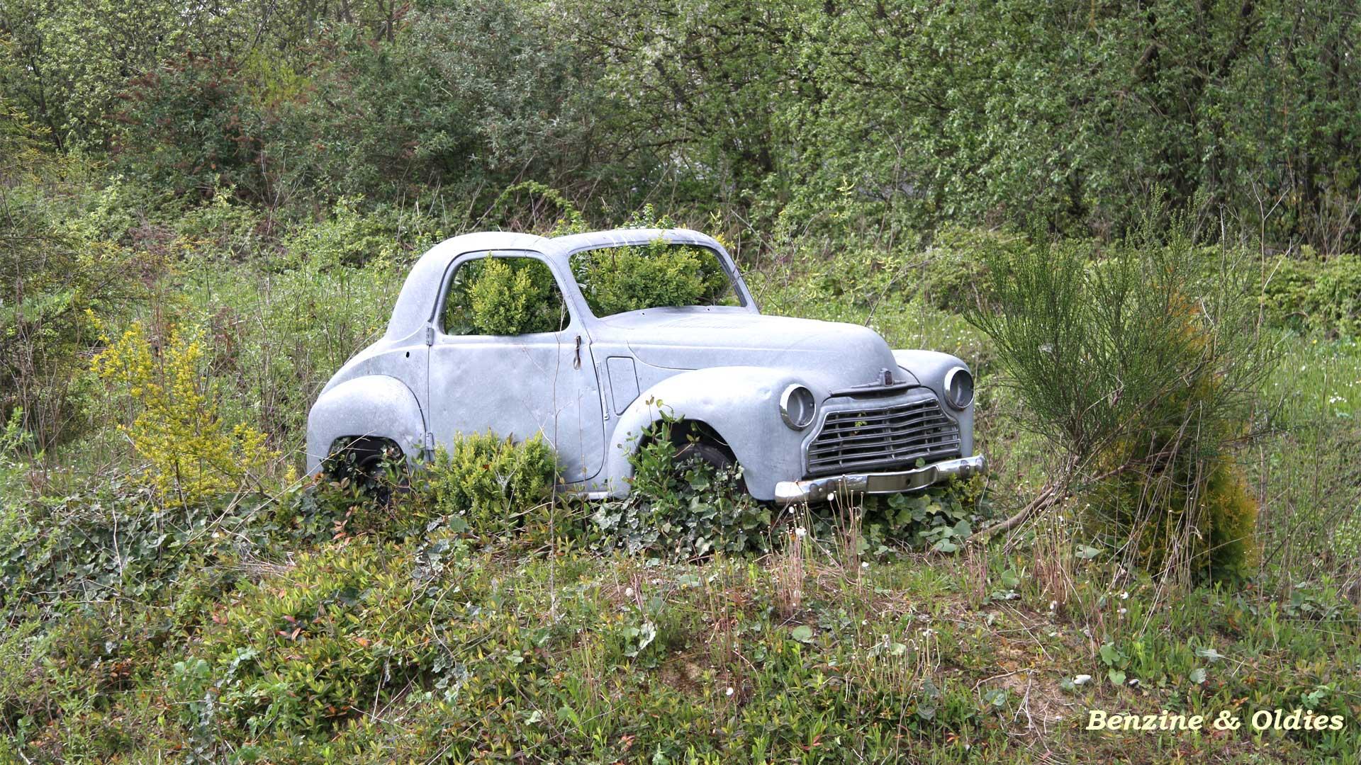 une Simca 6 carrosserie aluminium oubliée dans la nature - Simca6 842785simca6street05w19201080
