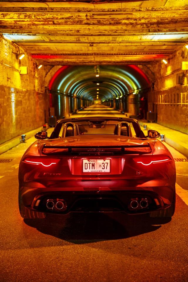 La Jaguar F-TYPE SVR rugit dans le Fameux tunnel de Park Avenue À New  875281JaguarFTYPESVRTunnel050