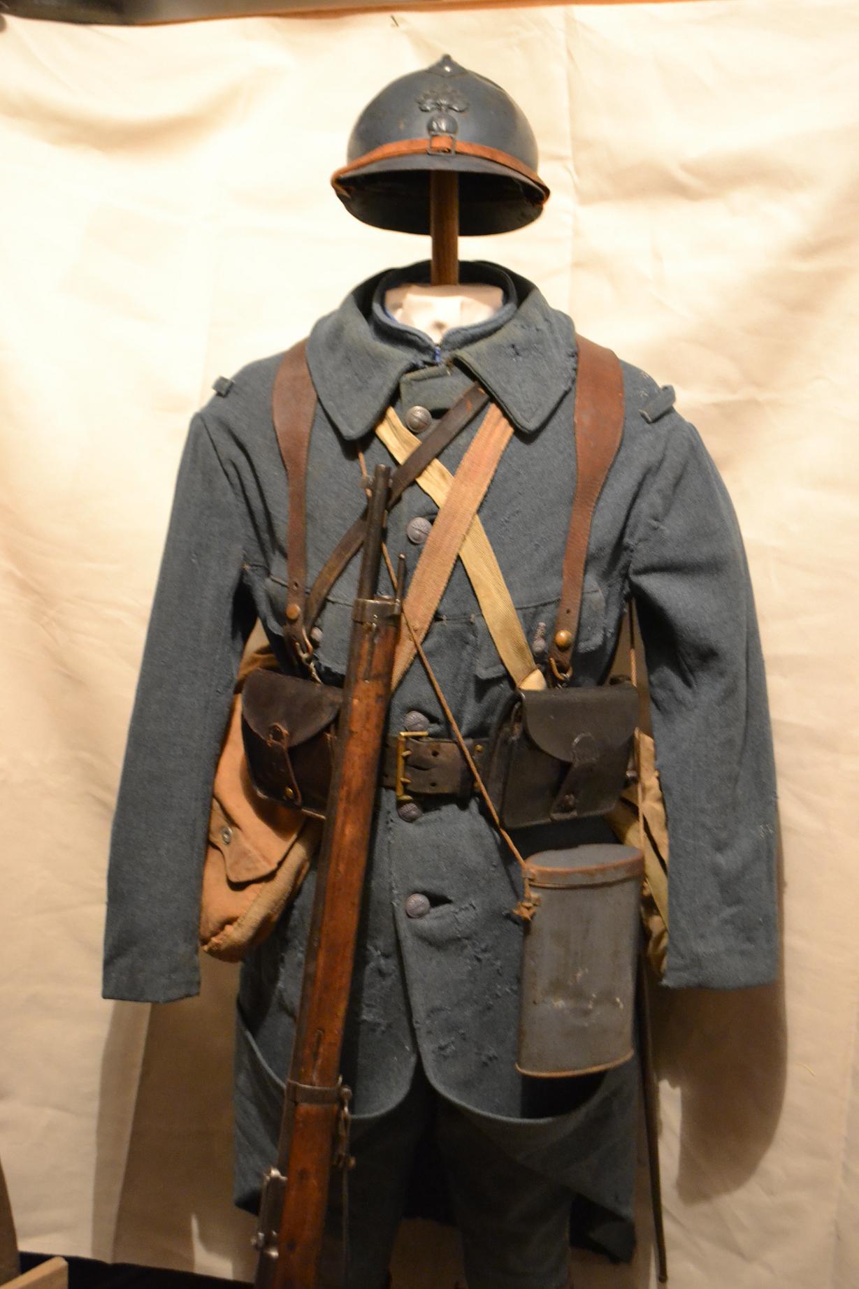 Autour d'une arme ... l'uniforme et l'équipement : quelques exemples 894776DSC1310