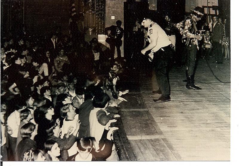 Cleveland (Public Music Hall) : 26 mars 1968 [Premier Concert] 894842ClevelandFF