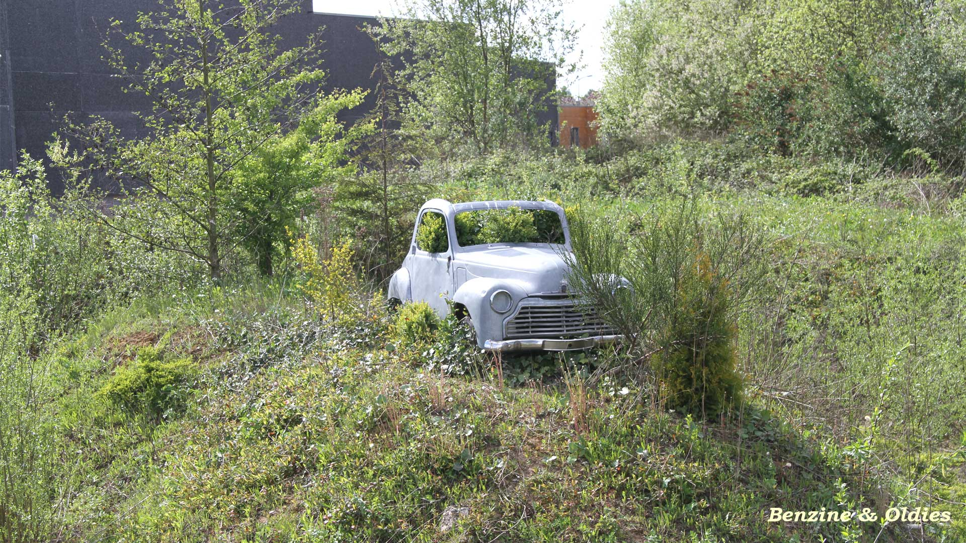 une Simca 6 carrosserie aluminium oubliée dans la nature - Simca6 903804simca6street07w19201080