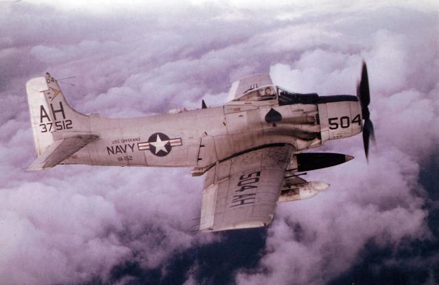 PORTE-AVIONS LOURDS CLASSE FORRESTAL (SCB-80) 942937DouglasSkyraiderVA152USNavy