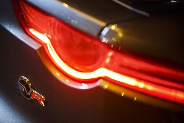 La Jaguar F-TYPE SVR rugit dans le Fameux tunnel de Park Avenue À New  952325JaguarFTYPESVRTunnel011