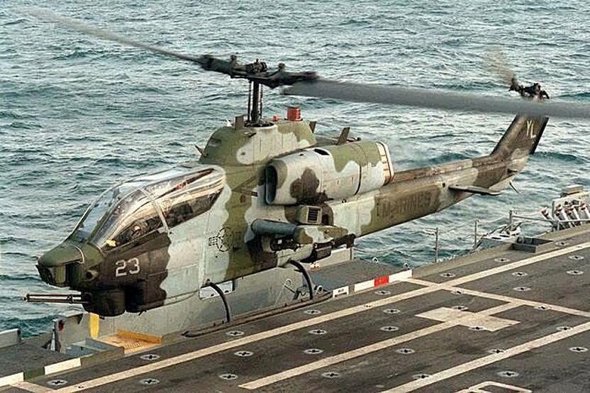 LANDING PLATFORM HELICOPTER (LPH) CLASSE IWO JIMA 980221AH1WSuperCobra