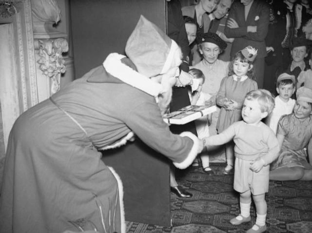 Noel pendant la seconde guerre mondiale 99262727FatherChristmas27presentsWinstonChurchillJr2cthePrimeMinister27sgrandson2cwithagiftataChristmaspartyatAdmiraltyHouseinLondon2c17December1942A13308