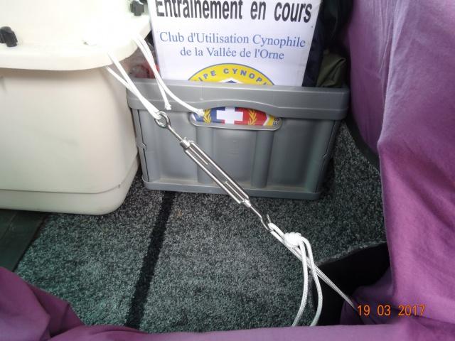 Transport en voiture : grille, filet, ceinture... 118062Fixationavantdroit