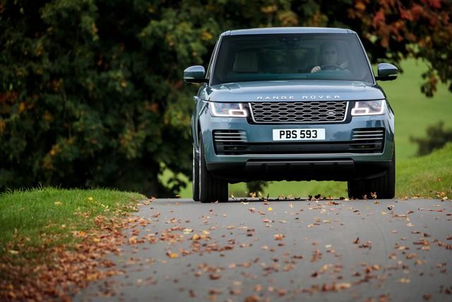 Le Nouveau Range Rover intègre dans sa gamme une motorisation essence hybride rechargeable 120937rr18myonroad10101703