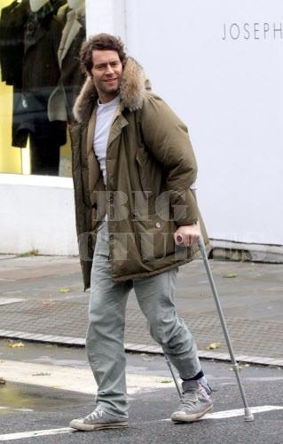 Howard avec ses bequilles à Londres 09/11/2010 13055008jpg