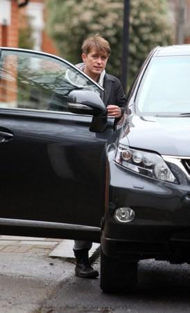 Mark et Emma partant de ches eux - Londres - 23/02/2011 157622MQ01vi