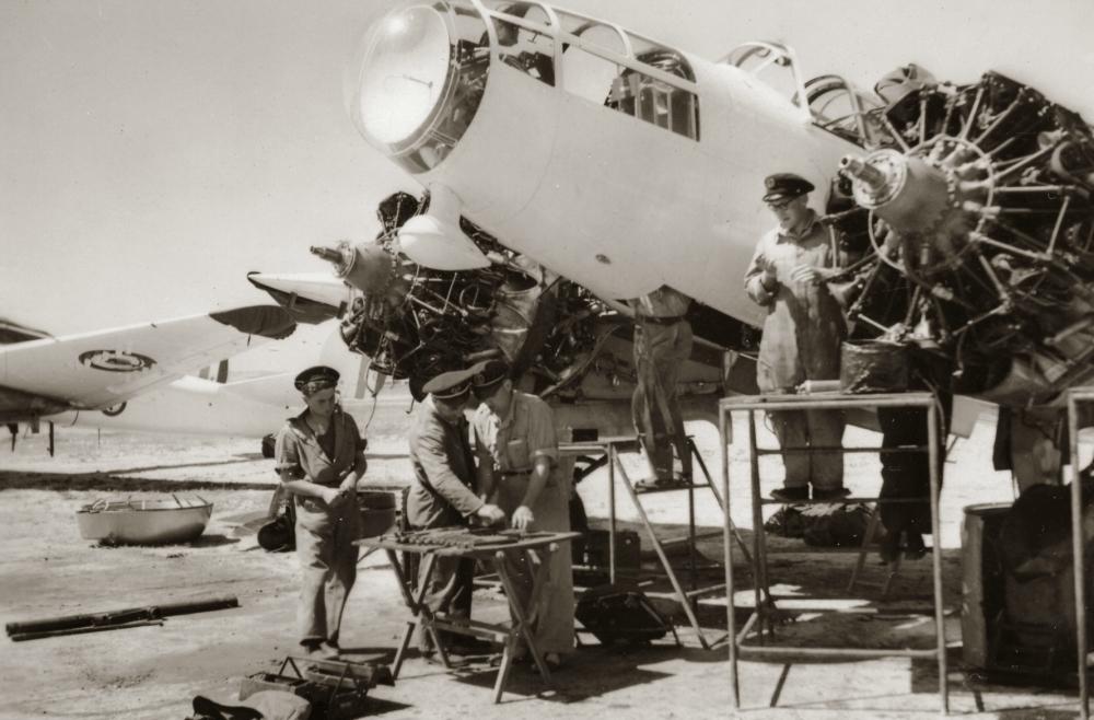 [La spécialité de...] Mécanicien aéronautique (Sujet unique) - Page 3 187460381950McanosautravailsurunMB175Menetret