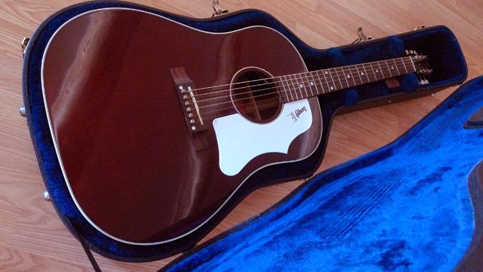 Présentation de nos guitares de grandes marques (présentation des guitares uniquement, pas de commentaires) 216043Danslahousse