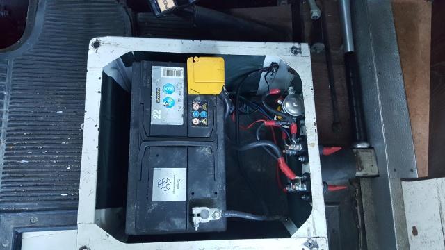 Un bahut, 2 batteries, 2 coupe circuit, 1 Coupleur-Séparateur. 23124220170716200419