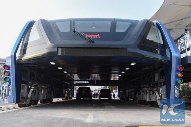 """Chine : premier bus """"surélevé"""" qui circule au-dessus des voitures  251762tebchine4"""