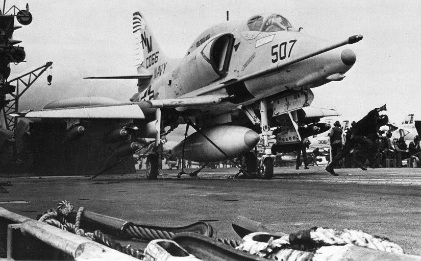 DOUGLAS A-4 SKYHAWK [NOUVELLE VERSION] 274440DouglasA4ESkyhawkVA195CVA34Vietnam19692