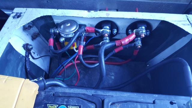 Un bahut, 2 batteries, 2 coupe circuit, 1 Coupleur-Séparateur. 32206420170716200424