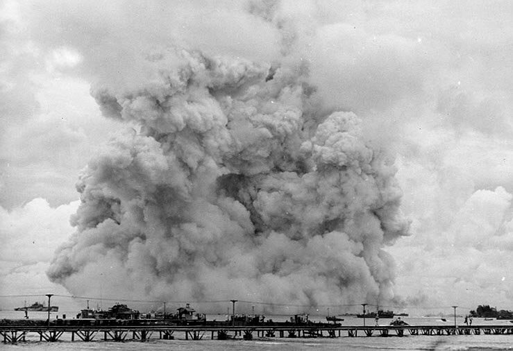 RAVITAILLEURS DE MUNITIONS CLASSE KILAUEA  328042USSMountHoodAE11explosion