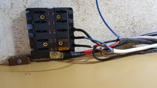 Un bahut, 2 batteries, 2 coupe circuit, 1 Coupleur-Séparateur. 33749820170805093508