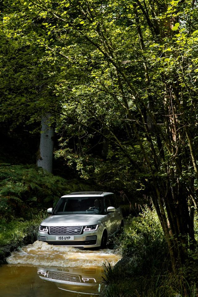 Le Nouveau Range Rover intègre dans sa gamme une motorisation essence hybride rechargeable 374999rr18myphevlwballterrain10101702