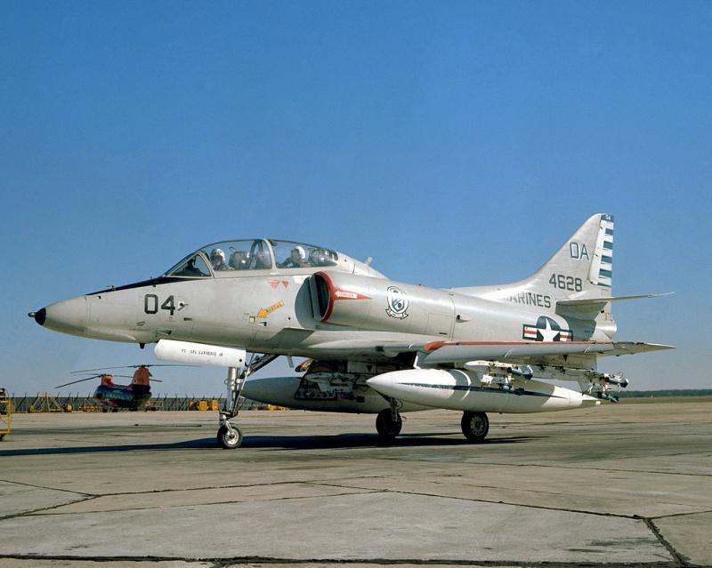 DOUGLAS A-4 SKYHAWK [NOUVELLE VERSION] 389311DouglasTA4FSkyhawkHMS32