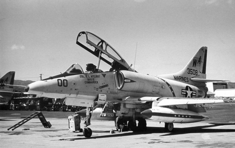 DOUGLAS A-4 SKYHAWK [NOUVELLE VERSION] 392052DouglasTA4FSkyhawkHMS12