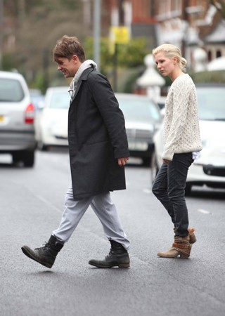 Mark et Emma partant de ches eux - Londres - 23/02/2011 396430MQ06vi