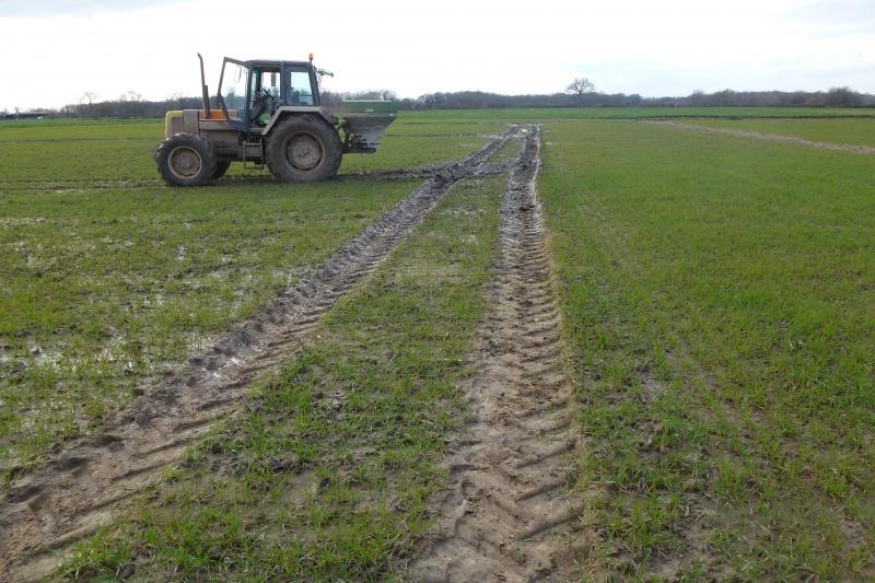 Concours du tracteur le plus cradingue - Page 11 410801P1020428