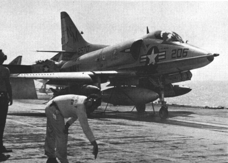 DOUGLAS A-4 SKYHAWK [NOUVELLE VERSION] 418714DouglasA4CSkyhawkVA192CVA31Vietnam196566