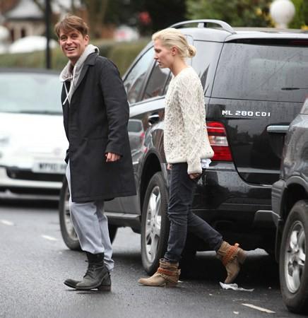 Mark et Emma partant de ches eux - Londres - 23/02/2011 432507MQ09vi