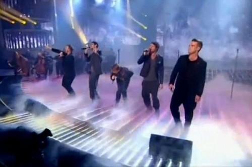 TT à X Factor (arrivée+émission) 447521lliamssurleplateaudethexfactorvijpg