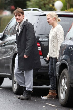 Mark et Emma partant de ches eux - Londres - 23/02/2011 499555MQ12vi