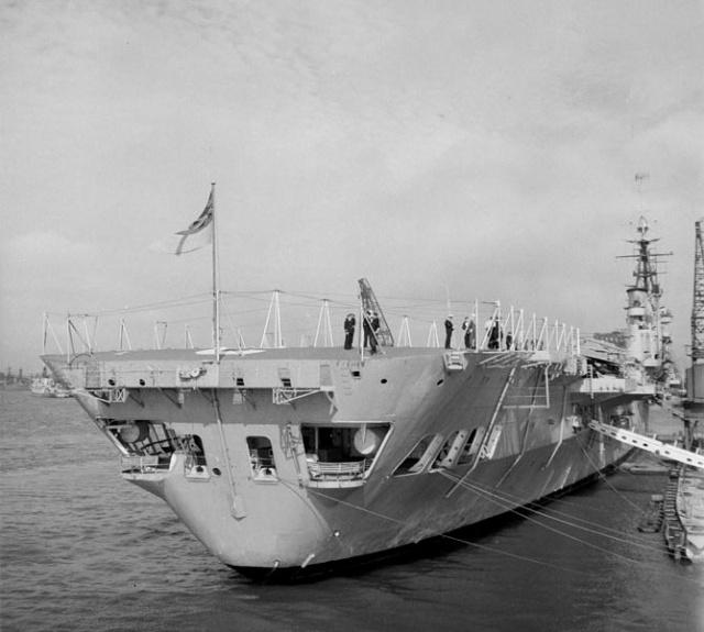 Porte-avions classe COLOSSUS britannique. 522844ARROMANCHES194686remiseduCOLOSSUSlafranceportsmouth