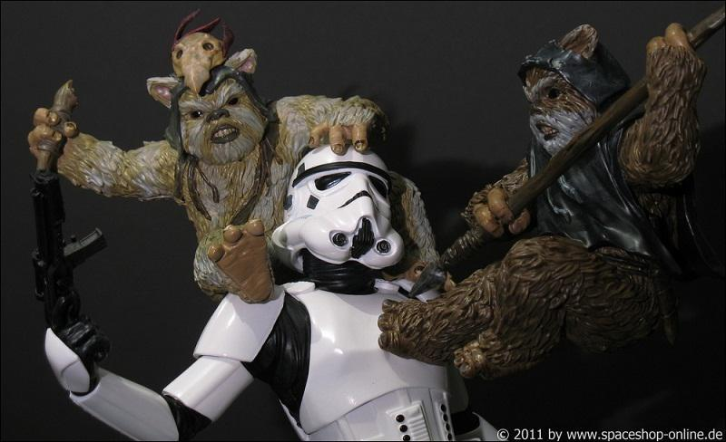 """Fall of the Empire"" – Ewoks vs. Stormtrooper Diorama 5512850023"