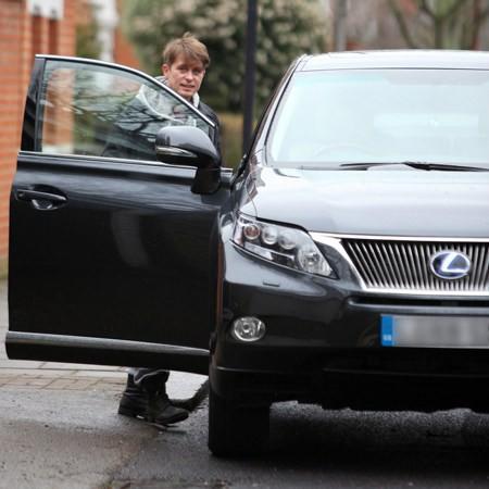 Mark et Emma partant de ches eux - Londres - 23/02/2011 587855MQ04vi