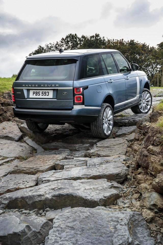 Le Nouveau Range Rover intègre dans sa gamme une motorisation essence hybride rechargeable 618705rr18myallterrain10101710