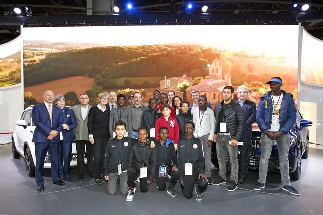 Mondial De L'automobile 2016 Suzuki Accueille Les Enfants De La Voix De L'enfant Autour De Bruno Solo 697418VoixEnfant50