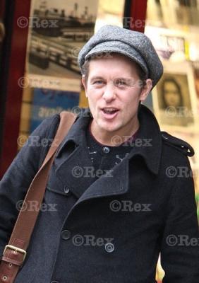 Mark sort d'une librairie à l'Ouest de Londes 24/01/2011 728961normal0167