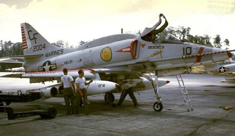 DOUGLAS A-4 SKYHAWK [NOUVELLE VERSION] 773992DouglasA4ESkyhawkVMA211
