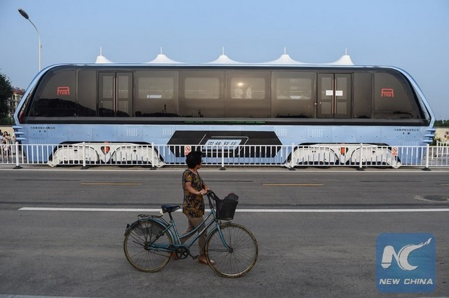 """Chine : premier bus """"surélevé"""" qui circule au-dessus des voitures  776059tebchine5"""