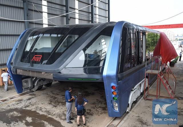 """Chine : premier bus """"surélevé"""" qui circule au-dessus des voitures  790529tebchine2"""