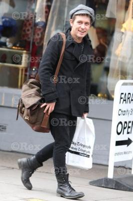 Mark sort d'une librairie à l'Ouest de Londes 24/01/2011 795103normal0259