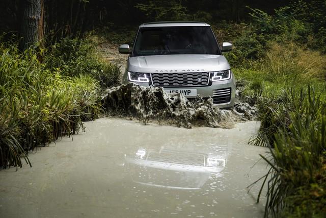 Le Nouveau Range Rover intègre dans sa gamme une motorisation essence hybride rechargeable 820522rr18myphevlwballterrain10101701