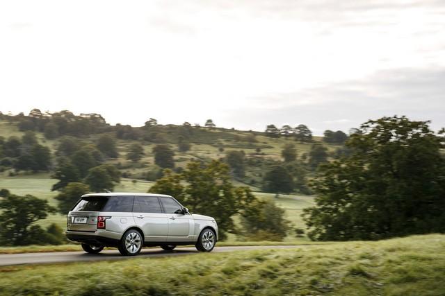 Le Nouveau Range Rover intègre dans sa gamme une motorisation essence hybride rechargeable 823696rr18myphevlwbonroad10101701