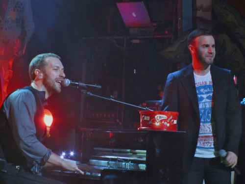 Gary chantant avec Coldplay pour Charity Crisis 19-12-2010 82993892vi