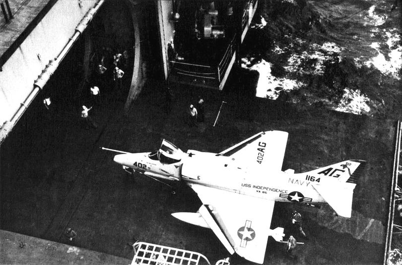 DOUGLAS A-4 SKYHAWK [NOUVELLE VERSION] 849902DouglasA4ESkyhawkVA86CVA62Vietnam1965